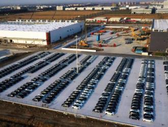 特斯拉上海工厂停放大批量现车 传周产能或已达千辆
